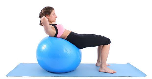 Коремни преси върху фитнес топка