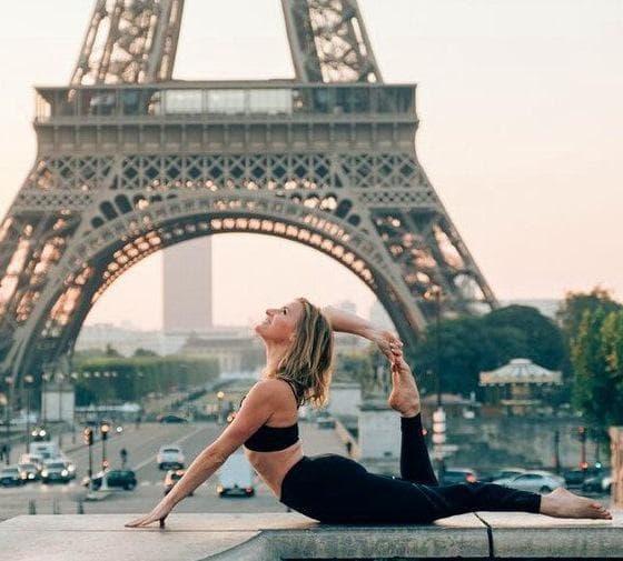 момиче и Айфеловата кула