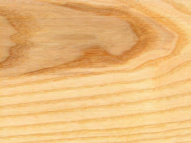 обработена дървесина на ясен
