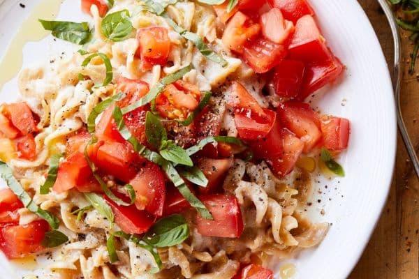 фусили с два вида сирена и мариновани домати