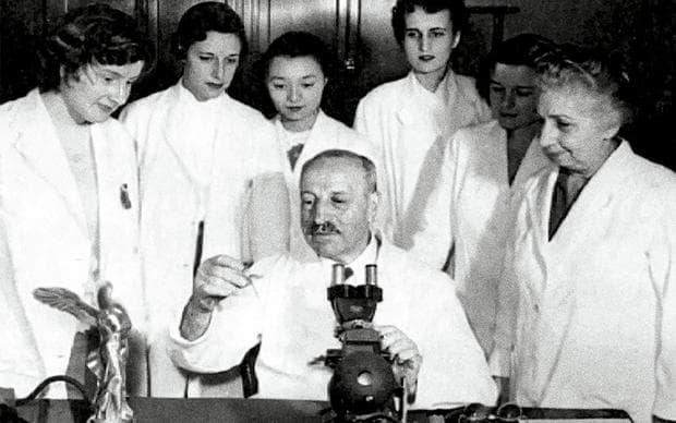 Георгиос Папаниколау в лаборатория