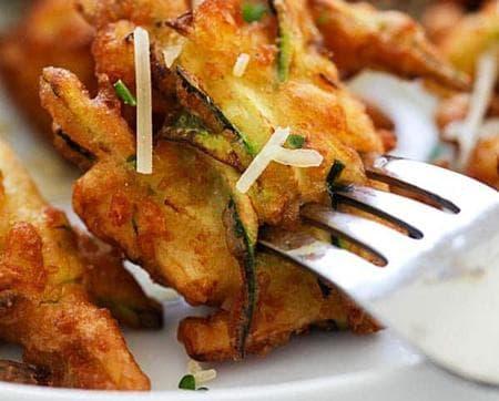 хапки от тиквички с картофи и чесън