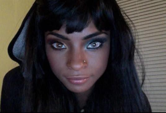 Красиво момиче с хетерохромия