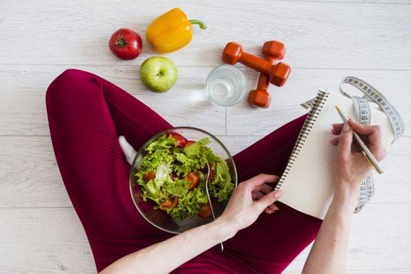 Хранете се бавно, не прекалявайте с порцииите и спортувайте редовно, за да отслабнете.