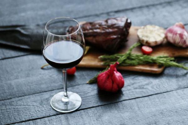 Чесънът и виното могат да обострят киселинния рефлукс, избягвайте ги.