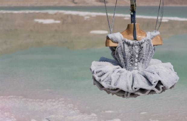 Творец потапя стари вещи в Мъртво море, вдъхвайки им нов живот