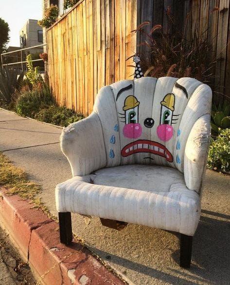 Уличен художник преобразява овехтелите вещи в клоуни с тъжни лица
