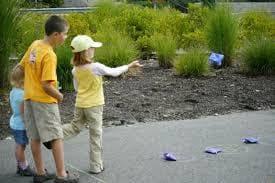 Деца играят с торбички beanbags