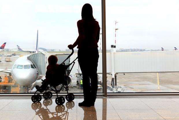 Жена и дете в количка на летище