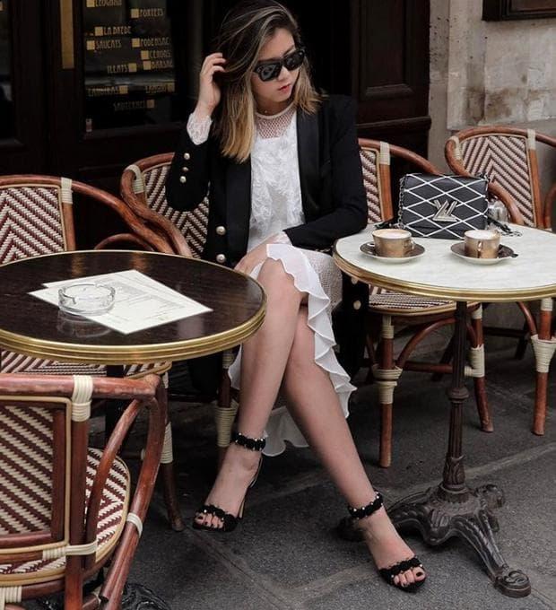 момиче, което пие кафе