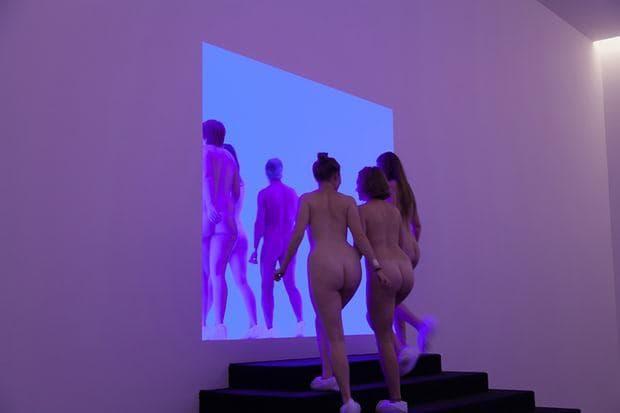 Обиколка за нудисти в галерия в Париж