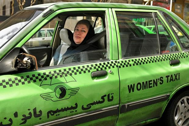 Жена в Иран е шофьор на такси