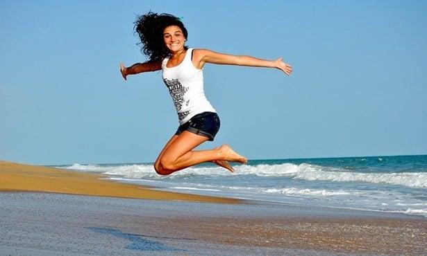 Жена скача на плажа