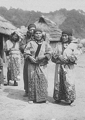 Жени от народа айни