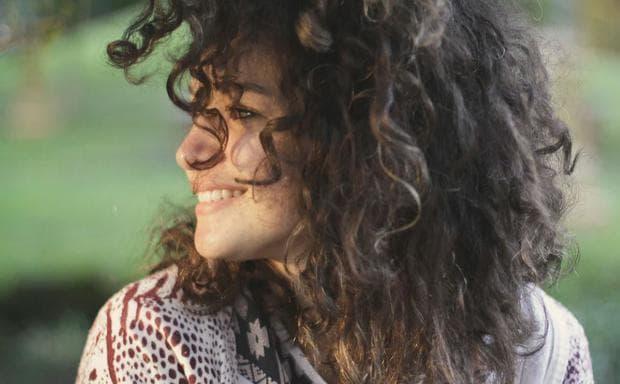 Момиче с къдрава коса