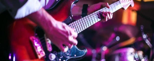 Преходът от акустична към електрическа китара