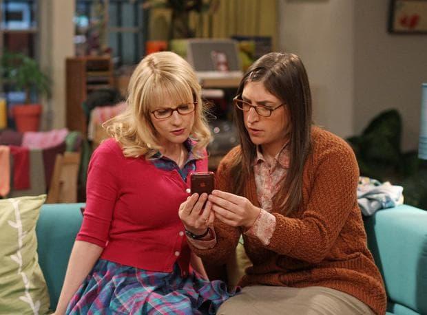 две жени и телефон