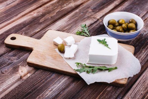 Кравето сирене се прави от краве мляко, което се подквасва и съхранява в саламура.