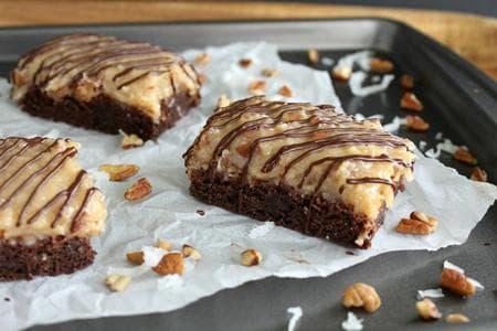 сладкиш с орехов крем и шоколад