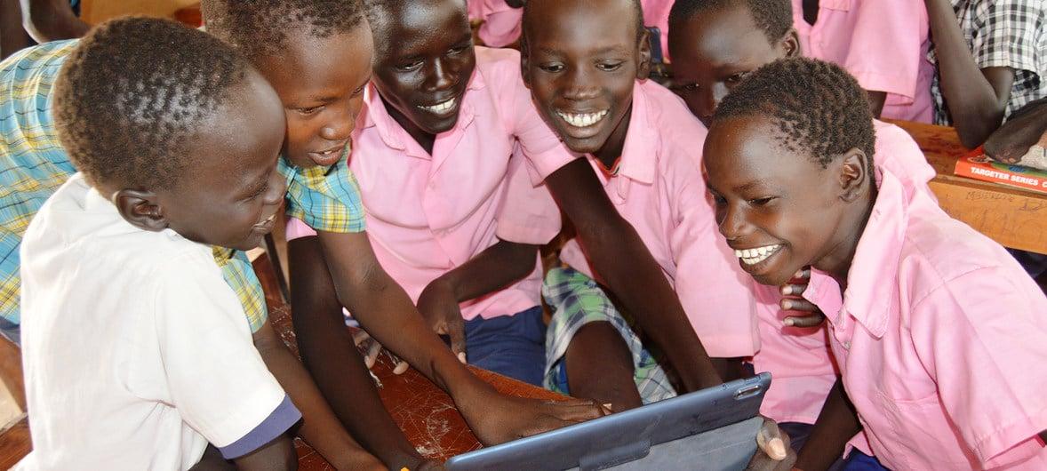 В Кения доброволци обучават онлайн деца в бежанския лагер