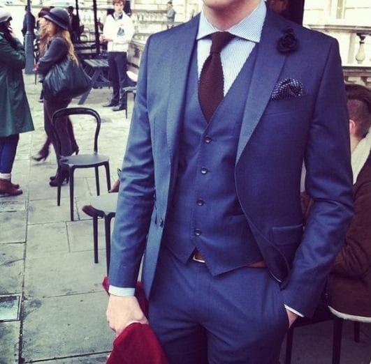 мъж в син костюм