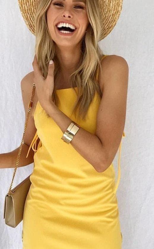 дама в жълто