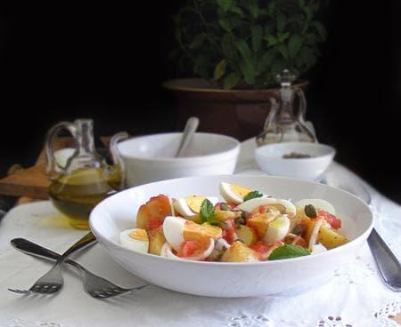 картофена салата с яйца, каперси и доматен сос