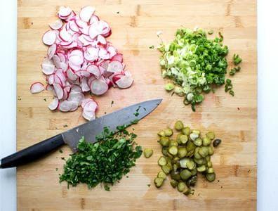 салата от картофи с кисели краставички, репички и червен лук