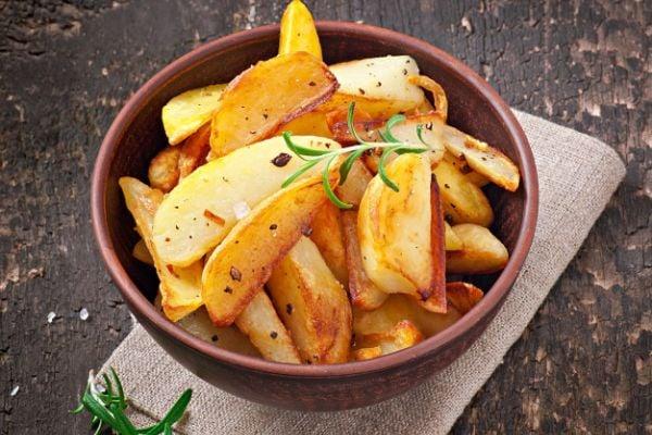 Картофи на фурна с розмарин и чесън.