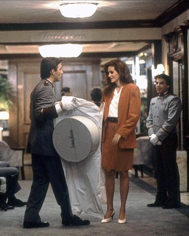"""Джулия Робъртс, облечена в къс костюм във филма """"Хубава жена"""""""