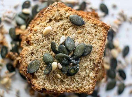 кекс със сини сливи и семена