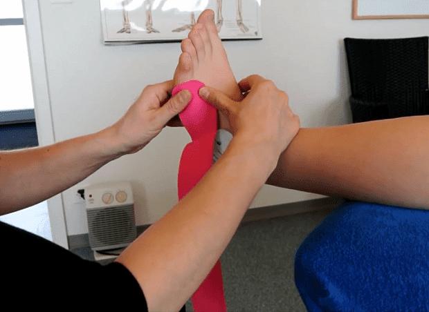 техника на поставяне на кинезо лента на глезен