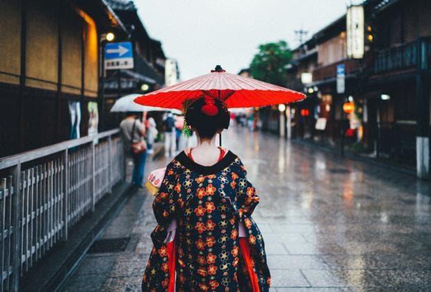 Японка в традиционни дрежи в Токио