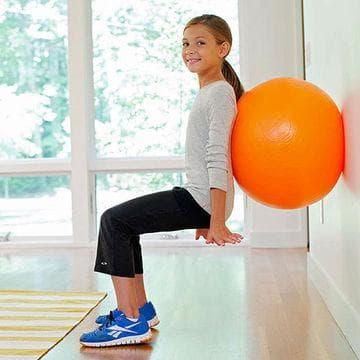 Клек с фитнес топка на гърба