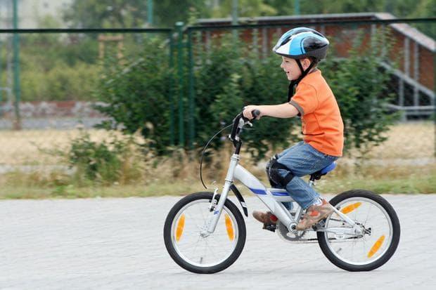 дете кара колело