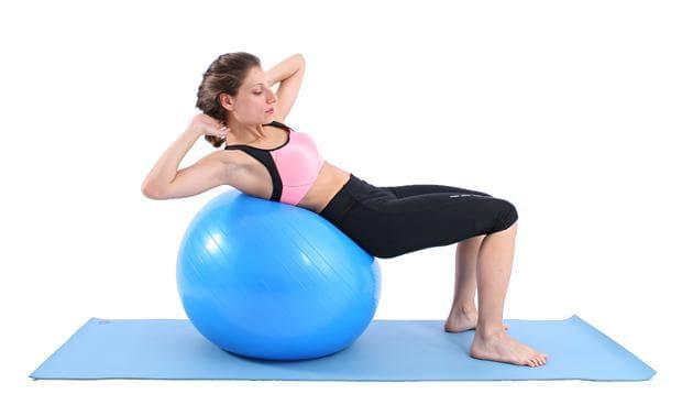 Коремни преси за коси коремни мускули върху фитнес топка
