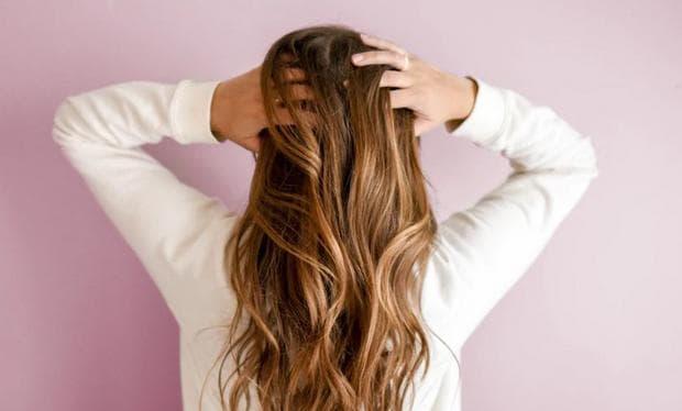 Момиче с кафява коса