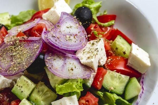 Зеленчукова салата с краве сирене.