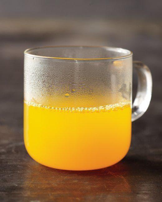 Чаша със смес от вода и куркума
