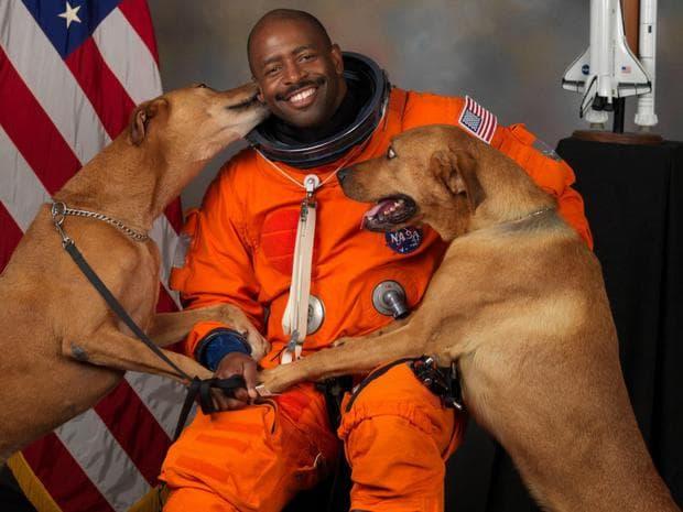 Лиланд Мелвин с кучетата си