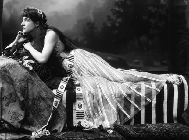 Лили Лнагтри като Клеопатра