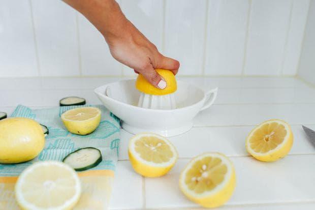 изстискване на лимон