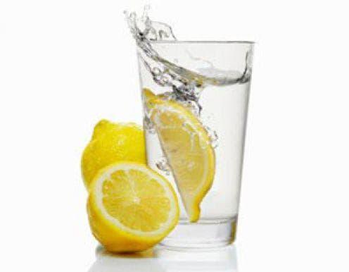 Резени лимон в чаша вода