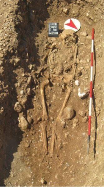 Детайлна снимка на гроба на безръкия воин