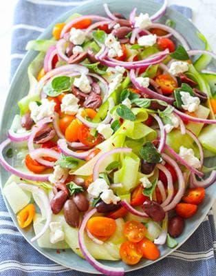 салата с тиквички, маслини, домати и сирене