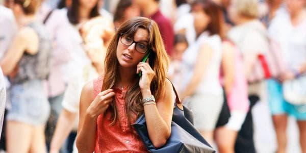 Жена, говореща по телефона