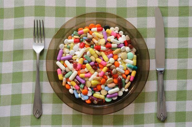 лекарствени капсули в чиния