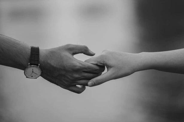 ръце на мъж и жена