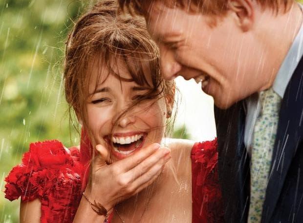 мъж и жена се смеят