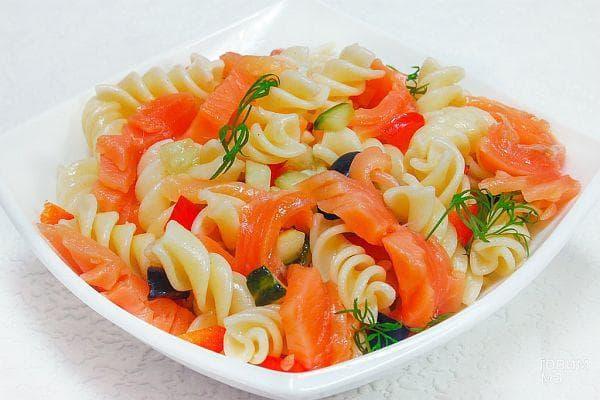Макаронена салата със сьомга и зеленчуци